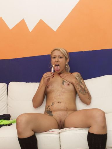 Kinky Beth M Dripping Candle Wax On Her Tits