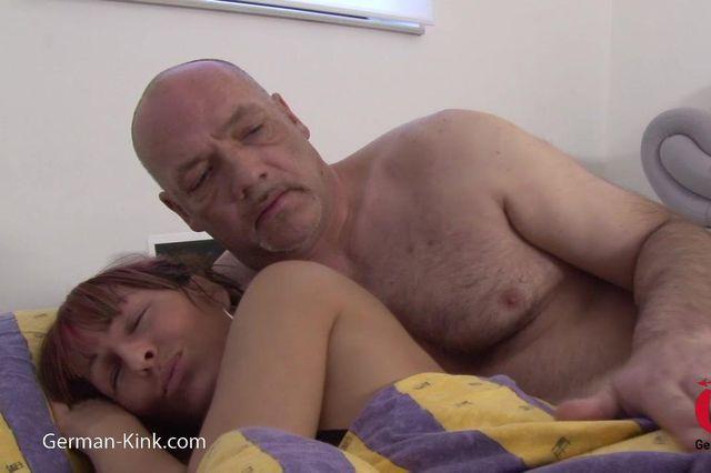 Schlafendes Teeny vom Perversen alten Sack gefickt