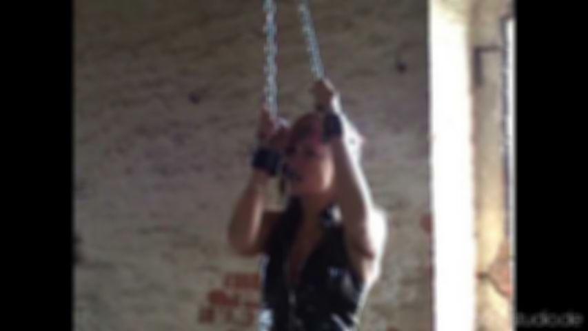 An Ketten aufgehängt …