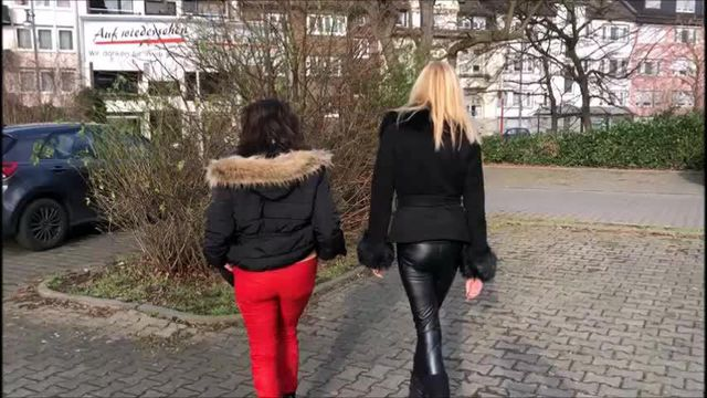 2 girls piss on the road