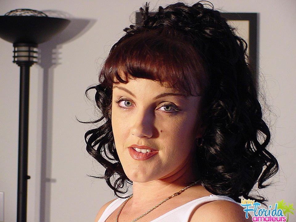 Kinky Amateur Milf Jessica Strips And Pees