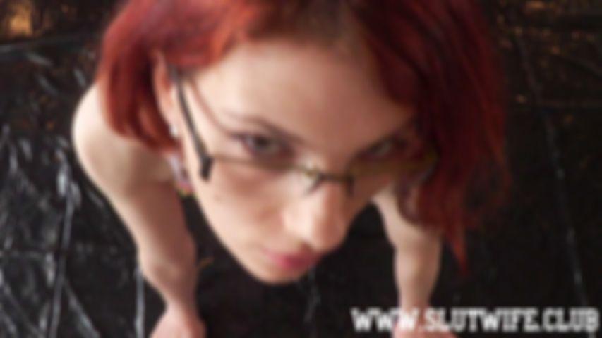 [Blasen und Ficken] Carla Sky präsentiert ihren Nuttenarsch, bläst mir den Schwanz und macht auf dem Tisch die Beine breit