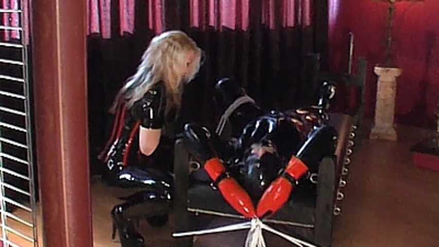 Mistress Mina  -  Gummisklave in Bondage