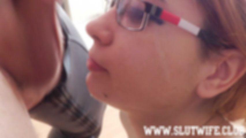 [Blasen und Ficken] Zwei Nutten sind besser als eine: Carla Sky bringt der Teenyschlampe Aprill das Blasen bei