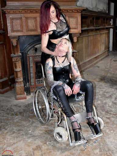 Roxxxi Manson immobile!