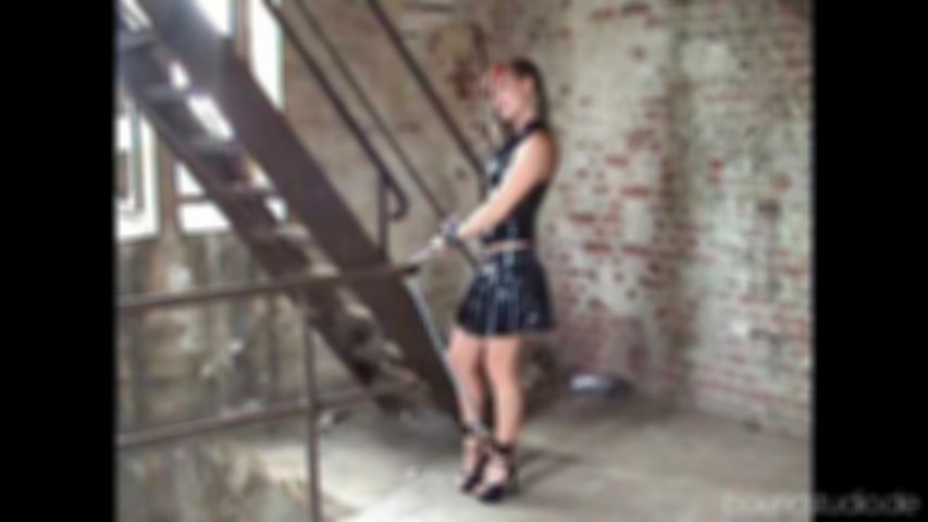 Warte mal hier an der Treppe, kleine Elaine!