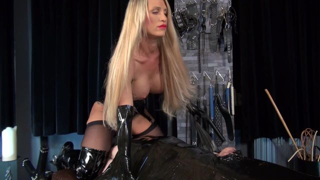 The Wrapped Licking Slave (in English)