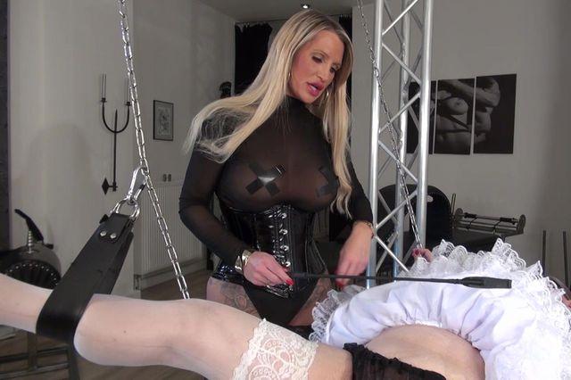 Feminisierter Chastity Sklave kommt zum Training