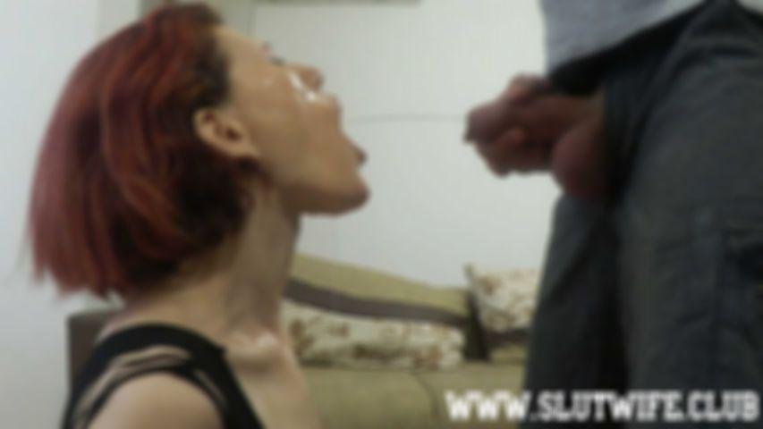 [Pissen und Blasen] Carla bekommt zuerst Pisse über ihre Fickfresse und wird dann ins Maul gefickt