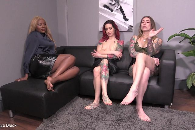 3 Dommes ride slave face - Full clip