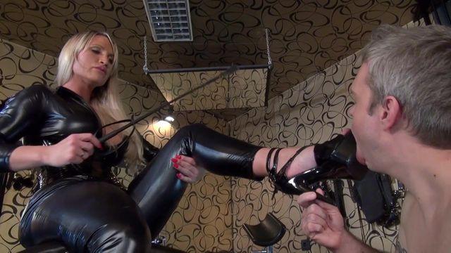 High Heels und Aschenbecher Sklave